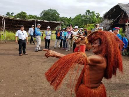 拜訪雨林部落的原住民體驗吹箭